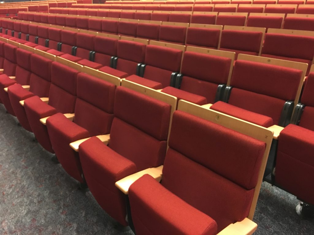 konzertsaalstuhl aus holz rot gebrauchte kinost hle kinosessel an und verkauf. Black Bedroom Furniture Sets. Home Design Ideas