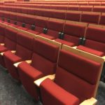 Konzertsaalstuhl aus Holz (rot)